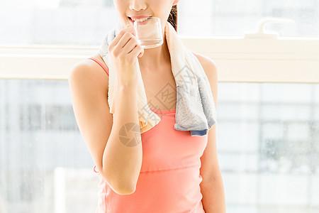 年轻女性运动健身喝水图片