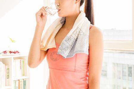 喝水的运动健身女性图片