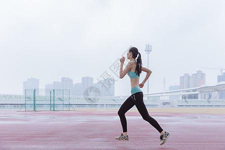 青春活动女性操场跑步图片
