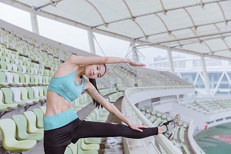 青春活力女性健身热身图片