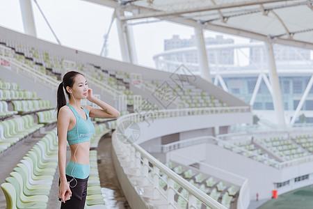 青春活力女性健身听音乐图片