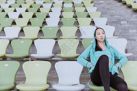 青春活力女性健身休息图片