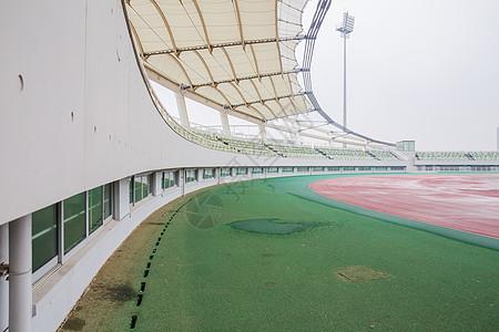城市建筑阴雨天体育场图片