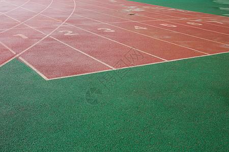 城市建筑雨天体育场跑道图片