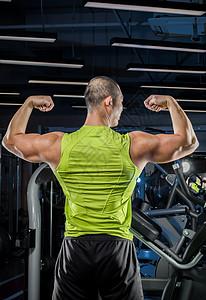 年轻健身教练肌肉线条背影图片