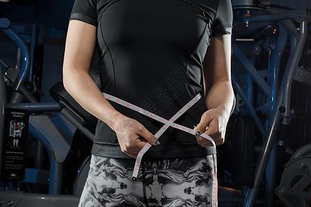 减肥拿着尺子量腰围图片