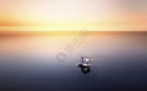 彩霞中海里的冰块图片