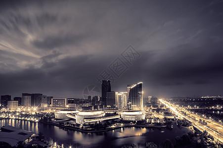 魔幻的云下的城市夜景图片
