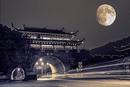 月下古城楼的车轨图片