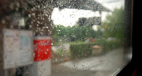 车窗、雨滴和站台图片