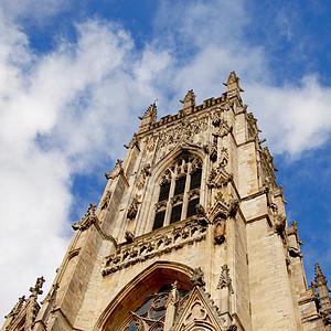 仰视大教堂与蓝天图片