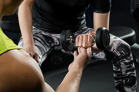 健身房教练动作指导图片