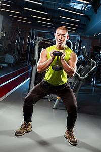 用哑铃锻炼的男性图片