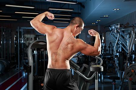 展示肌肉的男性图片