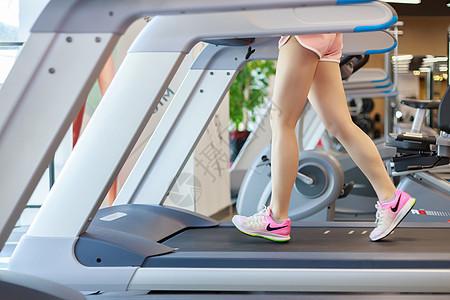 用跑步机的美女图片