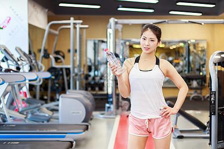 喝水休息的运动美女图片