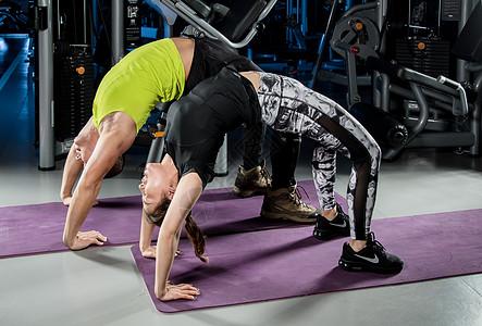 健身房运动双人下腰图片