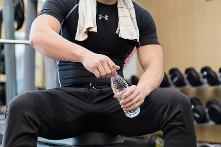 男士健身房运动锻炼休息图片