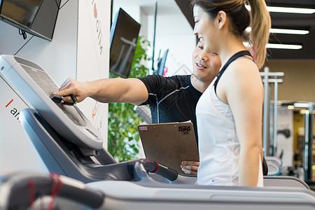 健身教练指导动作图片