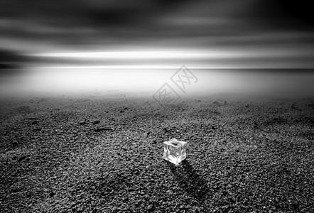 海边沙滩上的冰块图片