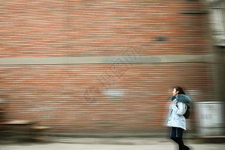 时光流逝的人和建筑图片