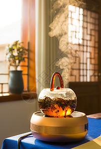 一壶煮开的冒着热气的茶图片