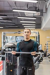 健身房强壮男人杠铃训练图片