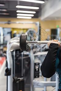健身房强壮男人举杠铃特写图片