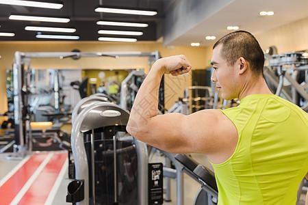 健身房健美男人肱二头肌图片