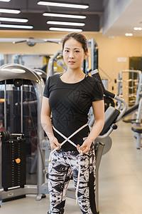 健身房健美女人量腰身图片