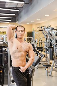 健身房健美男人肌肉展示图片