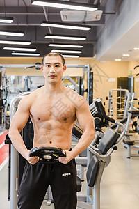 健身房健美男人腹肌展示图片