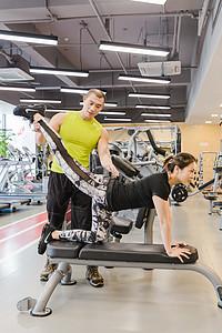 健身房男女瑜伽柔韧锻炼图片