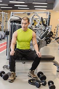 健身房强壮男人训练休息图片