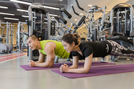 健身房男女瑜伽支撑锻炼图片