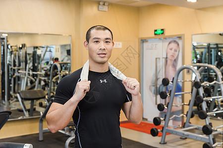 健身房健美男人训练休息图片