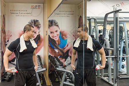 健身房健美男人休息展示肌肉图片