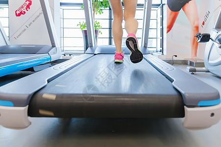 健身房活力女孩跑步特写图片