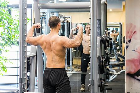 健身房健美男人背肌展示图片
