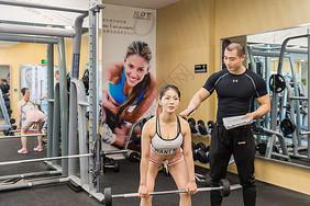 健身房活力男女举重训练图片