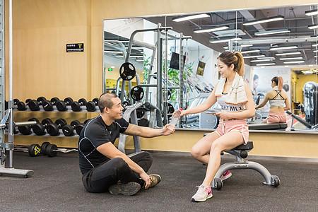 健身房活动男女休息递水图片