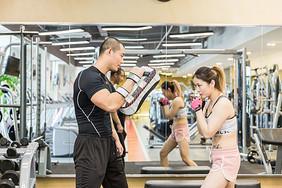 健身房活力男女拳击训练图片