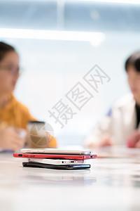 聚会叠放一旁的手机图片
