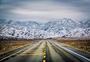 雪山下的公路图片