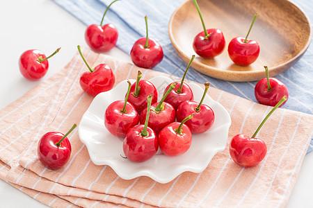 一些樱桃放在桌布上图片