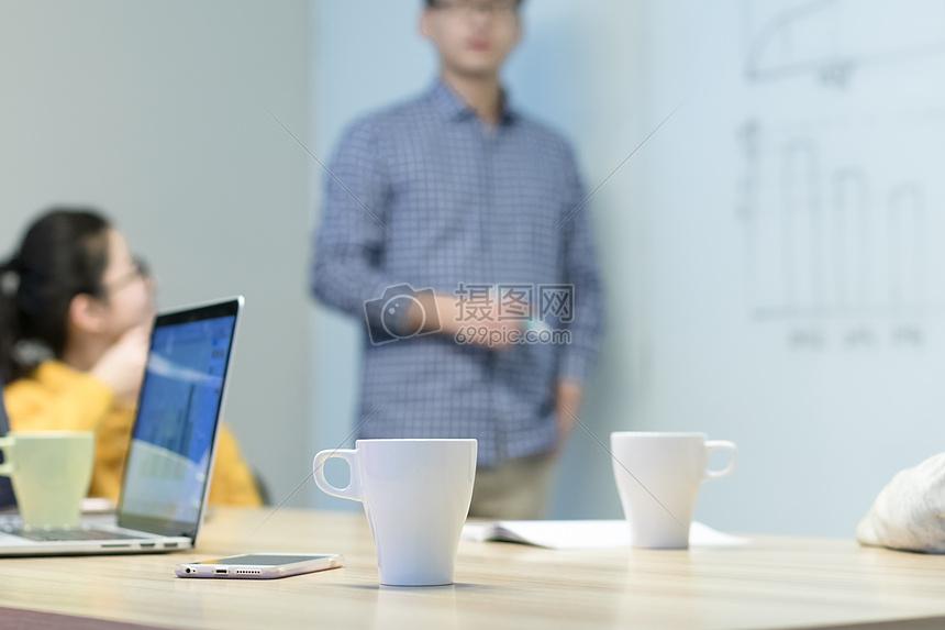 老板办公桌尺寸_会议室头脑风暴高清图片下载-正版图片500296369-摄图网