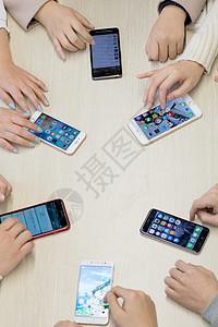 桌上围城一圈的手机图片