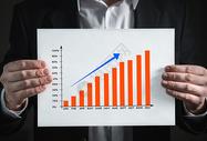 商务人士展示一年业绩表图片