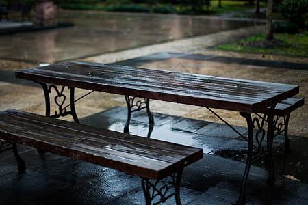 雨后公园长椅图片