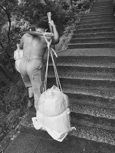 黄山上的挑担者图片